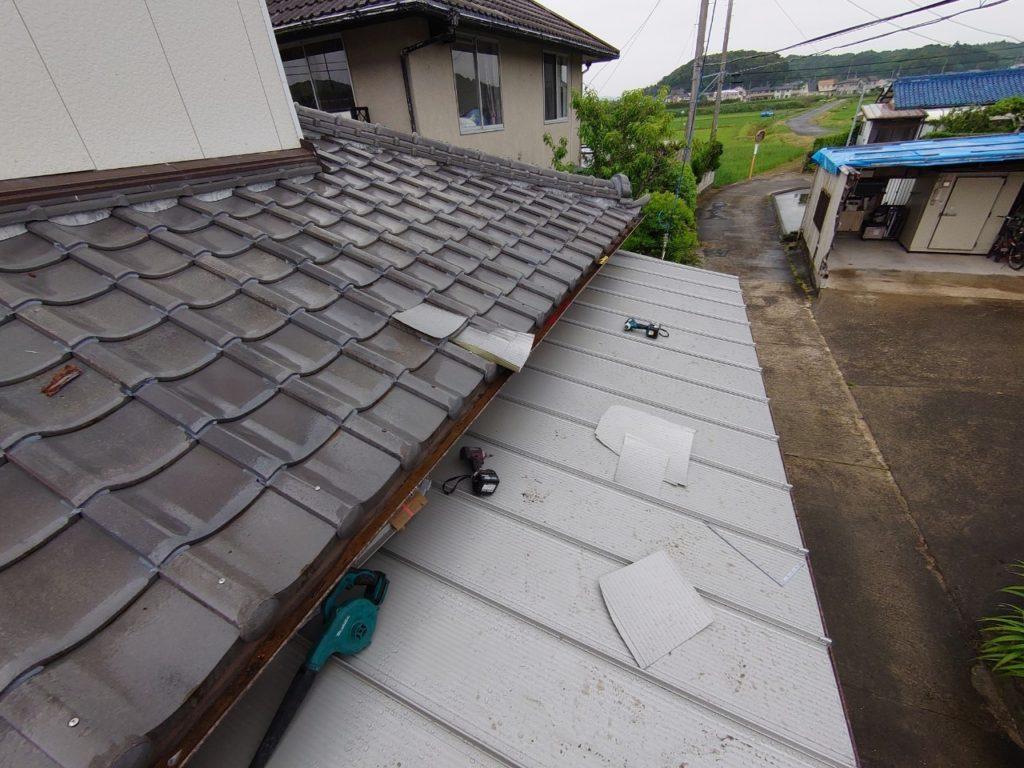 損壊した瓦屋根とブリキ屋根の修繕現地調査